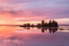 有一个海岛的湖在黎明 库存照片