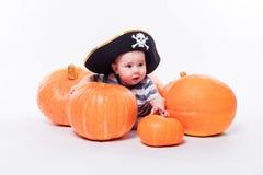 有一个海盗帽子的逗人喜爱的婴孩在他的说谎在他的胃的头  库存图片