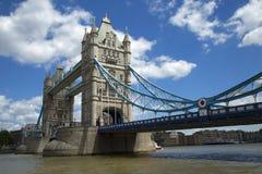 有一个海豚喷泉的女孩在伦敦 库存图片