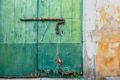 有一个涂灰泥的墙壁和门的老房子 库存图片