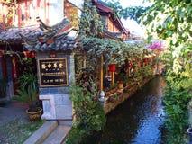 有一个清楚的水谷的丽江老镇 旅行在Lijian Cit 免版税库存照片