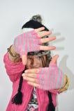 有一个滑稽的帽子的一个摆在的女孩 免版税库存图片