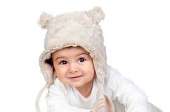 有一个滑稽的熊帽子的可爱的女婴 免版税库存图片