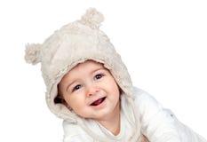 有一个滑稽的熊帽子的可爱的女婴 免版税库存照片