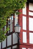 有一个灯笼的老半木料半灰泥的房子在它的边缘,特写镜头 库存照片