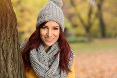 有一个灰色盖帽的愉快的妇女 库存图片
