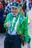有一个灰色胡子的更老的人享受St Patrick's天的 库存图片