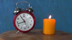 有一个灼烧的蜡烛的减速火箭的闹钟 影视素材