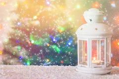 有一个灼烧的蜡烛的圣诞节白色灯笼在圣诞树的背景,诗歌选, bokeh光  免版税库存图片