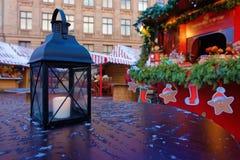 有一个灼烧的蜡烛的灯笼在公平的圣诞节的一张桌上 库存照片