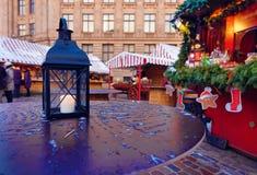 有一个灼烧的蜡烛的灯笼在欧洲圣诞节的一张桌上 免版税图库摄影