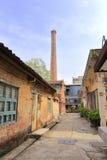 有一个烟囱的老工厂在redtory创造性的庭院,广州,瓷里 免版税图库摄影