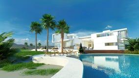 有一个热带庭院和水池的豪华房子 免版税库存照片