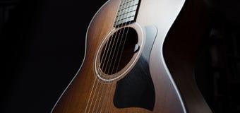 有一个焦点的声学吉他在音孔 库存照片