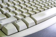 有一个焦点的老和多灰尘的微软个人计算机键盘在Windows/启动键 来自边的自然窗口光 免版税库存照片