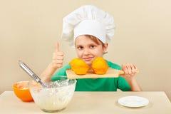 有一个煮熟的开胃蛋糕的小滑稽的厨师 库存照片