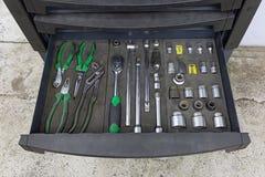 有一个特定工具的箱子为服务statio的汽车机械师 库存图片