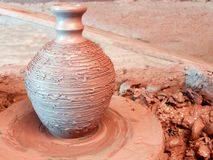 有一个狭窄的脖子的未加工的黏土花瓶 免版税图库摄影