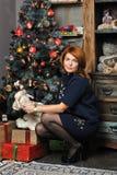 有一个玩偶的女孩在圣诞节 库存照片