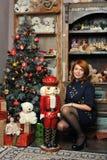 有一个玩偶的女孩在圣诞节 免版税库存图片