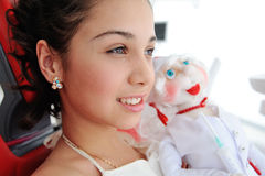 有一个玩偶的小女孩在诊所的背景 免版税库存照片