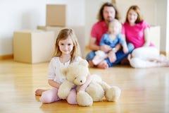 有一个玩具的愉快的小女孩在她新的家 免版税库存图片