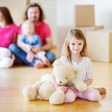 有一个玩具的愉快的小女孩在她新的家 库存图片