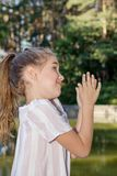 有一个玩具的逗人喜爱的小女孩在城市公园 免版税库存照片