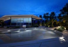 有一个环境美化的游泳池的豪华房子 免版税库存照片