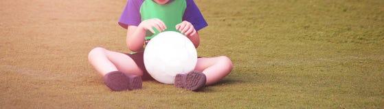 有一个球的一个小孩子在体育场 库存图片