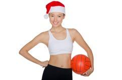 有一个球的亚洲人在圣诞老人帽子  免版税库存图片