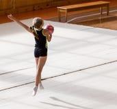有一个球的女孩在一位专业体操运动员 库存图片
