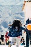 有一个球的小女孩在她的手上 免版税库存图片
