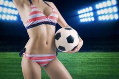 有一个球的性感的妇女在体育场内 免版税库存照片