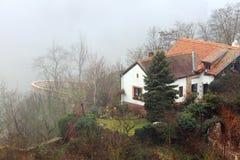 有一个瓦屋顶的小舒适房子在陡峭的河岸,盖用雾 Znojmo,捷克,欧洲 库存照片