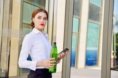 有一个瓶的企业夫人反对backgroun的净水 库存图片