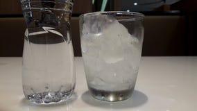 有一个瓶的冰桶清楚的水 免版税库存照片