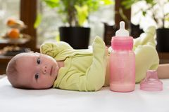 有一个瓶的新出生的女婴牛奶。 免版税库存图片