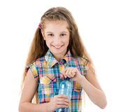 有一个瓶的美丽的女孩淡水 免版税库存照片