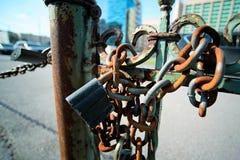 有一个生锈的链子的老锁在背景中 免版税库存图片