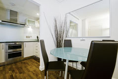 有一个用餐的角落的现代充分地适合的厨房 库存图片