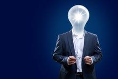 有一个电灯泡头的富创意的人。 免版税库存照片