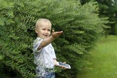有一个电话的小男孩在公园 免版税图库摄影