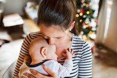 有一个男婴的少妇圣诞节时间的 图库摄影