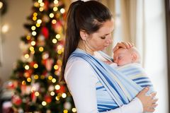 有一个男婴的少妇圣诞节时间的 库存图片