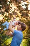 有一个男婴的他的胳膊的,特写镜头,夏天爸爸 库存图片