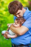 有一个男婴的他的胳膊的,特写镜头,夏天爸爸 免版税库存图片