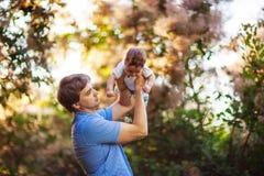 有一个男婴的他的胳膊的,特写镜头,夏天爸爸 库存照片