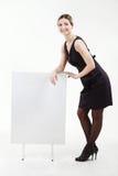 有一个白空白的委员会的俏丽的女实业家 免版税图库摄影