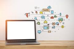 有一个白色屏幕的膝上型计算机,社会媒介 免版税库存照片